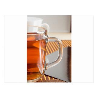 Cartão Postal Grande caneca de vidro transparente com fim do chá