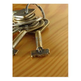 Cartão Postal Grupo de chaves gastas da casa na mesa de madeira