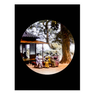 Cartão Postal Gueixa que visita fora de uma casa de chá em Japão