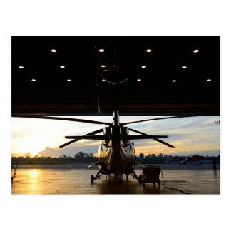 Cartão Postal Helicóptero no hangar do ar