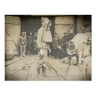 Cartão Postal Homem com capacete do oxigênio em uma mina de