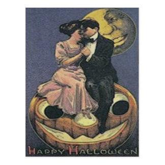 Cartão Postal Homem da lanterna de Jack O do casal na lua