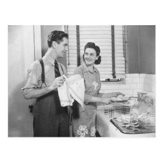 Cartão Postal Homem e mulher que fazem pratos