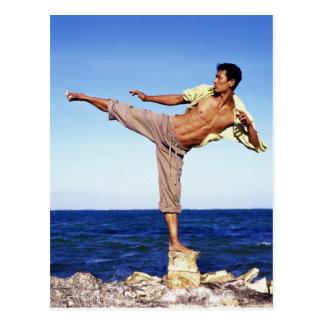 Cartão Postal Homem nas artes marciais que retrocedem a posição,