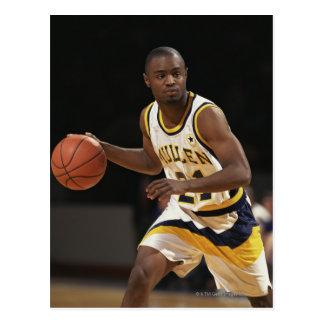 Cartão Postal Homem que joga o basquetebol 2