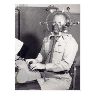 Cartão Postal Homem retro da máscara de gás
