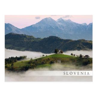 Cartão Postal Igreja de St Thomas com as montanhas no bar de