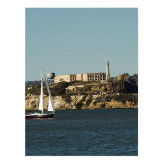 Cartão Postal Ilha de Alcatraz e um veleiro solitário
