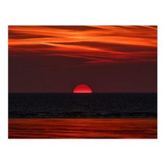 Cartão Postal Imagem bonita do sol que ajusta-se sobre a água