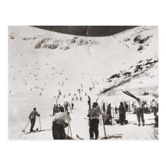 Cartão Postal Imagem do esqui do vintage, esquiadores nas