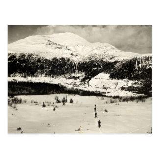Cartão Postal Imagem do esqui do vintage, esquiadores no vale