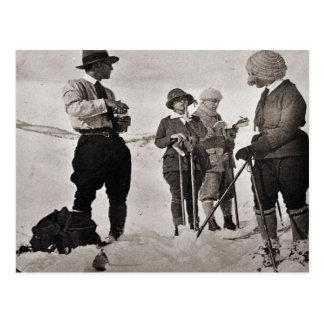 Cartão Postal Imagem do esqui do vintage, vestida para as pistas