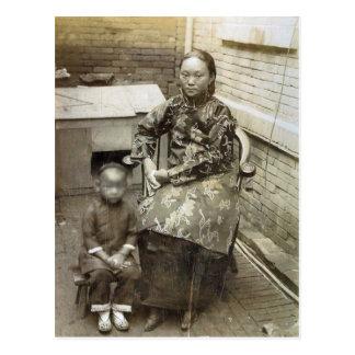 Cartão Postal Imagem do vintage, mãe chinesa e criança, cerca de