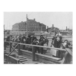 Cartão Postal Imigrantes novos que aterram no Ellis Island New