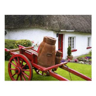 Cartão Postal Ireland, Adare. Recipientes do metal no carro e