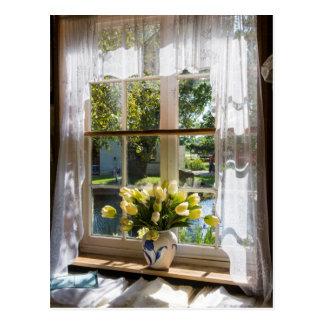 Cartão Postal Janela com cortina e tulipas de laço