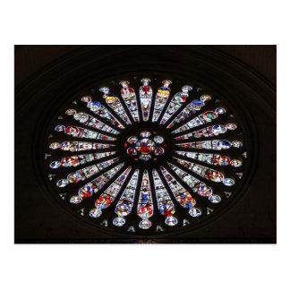 Cartão Postal Janela cor-de-rosa da igreja do vidro colorido