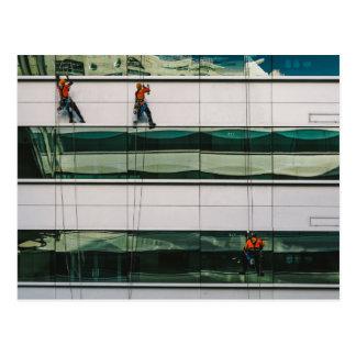 Cartão Postal Janelas da limpeza de um arranha-céus