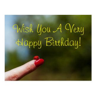 Cartão Postal Joaninha no desejo do feliz aniversario do dedo