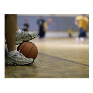 Cartão Postal Jogador de basquetebol que guardara a bola com pés