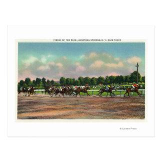 Cartão Postal Jóqueis que terminam a corrida de cavalos no