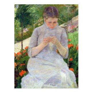 Cartão Postal Jovem mulher que Sewing no jardim, c.1880-82