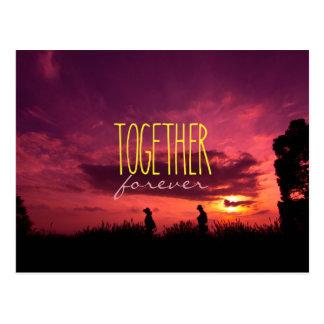 Cartão Postal Junto para sempre casal no por do sol do campo da