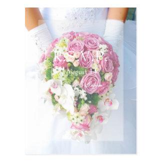 Cartão Postal Laço branco da noiva e buquê da flor que Wedding