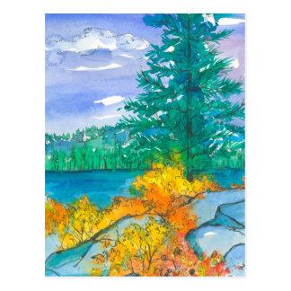 Cartão Postal Lago alaranjado mountain das folhas de outono