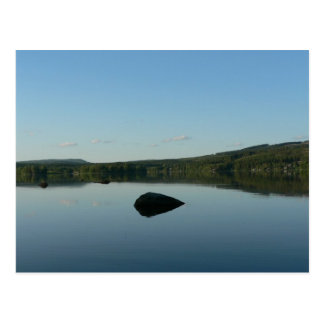 Cartão Postal Lago mirror com a pedra na água