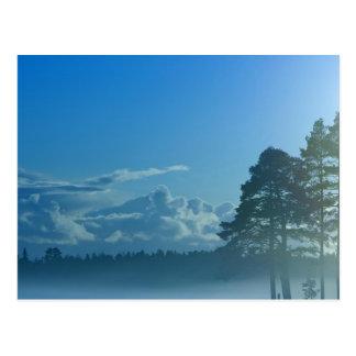 Cartão Postal lago nevoento em Finlandia