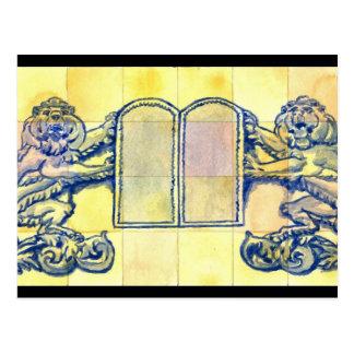 Cartão Postal Leões com as dez tabuletas dos mandamentos