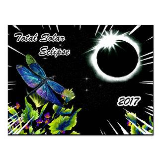 Cartão Postal Libélula observando o eclipse solar total 2017