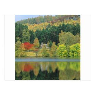 Cartão Postal Loch tranquilo das águas do outono de Eileen
