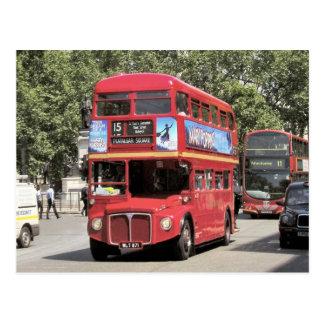 Cartão Postal Londres, ônibus de doubledecker vermelho na área