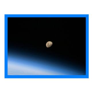 Cartão Postal Lua Gibbous da beira do azul da órbita