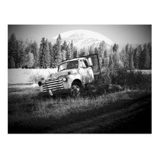 Cartão Postal Lua que aumenta sobre o caminhão velho da fazenda
