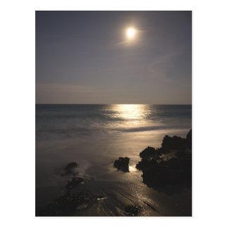 Cartão Postal Lua que aumenta sobre o oceano