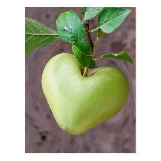 Cartão Postal maçã do coração na árvore