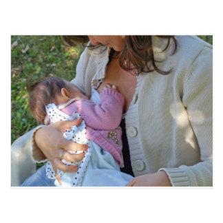 Cartão Postal Mãe triguenha nova bonito que amamenta seu bebê