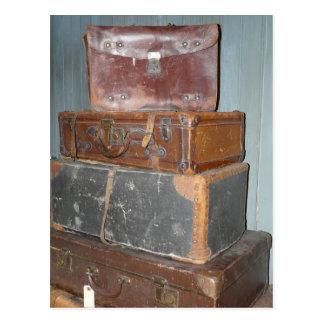 Cartão Postal Malas de viagem do vintage - pilhas de bagagem