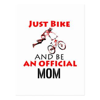 Cartão Postal Mamã engraçada do ciclismo