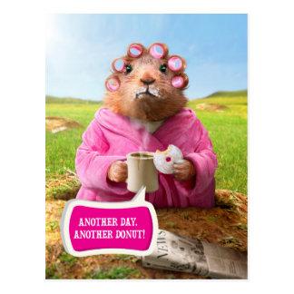 Cartão Postal Manhã Groundhog com rosquinha e café do pequeno