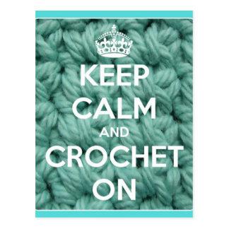 Cartão Postal Mantenha a calma e Crochet no azul