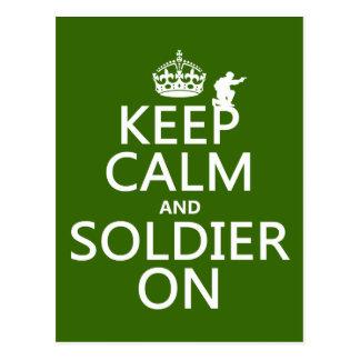 Cartão Postal Mantenha a calma e o soldado em (alguma cor do
