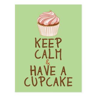 Cartão Postal Mantenha a calma para comer um cupcake - verde