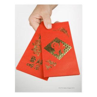 Cartão Postal Mão que guardara o envelope chinês do dinheiro