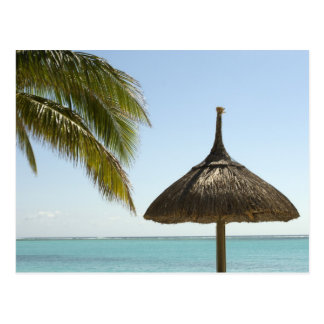 Cartão Postal Maurícia. Cena idílico da praia com guarda-chuva