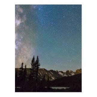 Cartão Postal Meio das montanhas rochosas da Via Láctea da noite