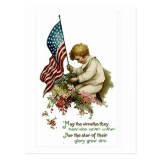Cartão Postal Memorial Day de Little Boy da bandeira americana